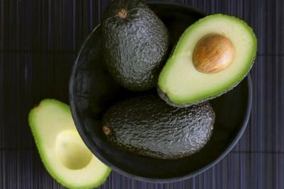 Свежее авокадо в чашке