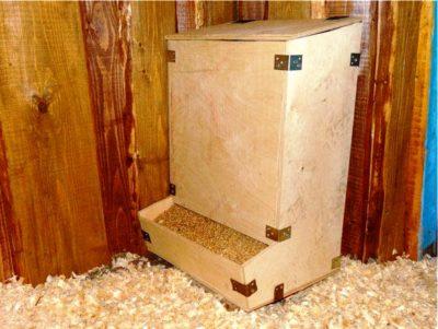 Бункерная кормушка для кур